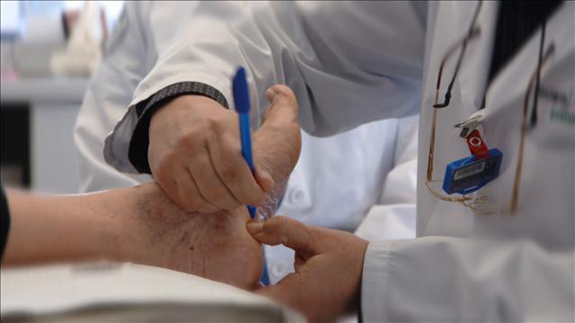 C'est pas le pied, un dentiste radié devient podologue!