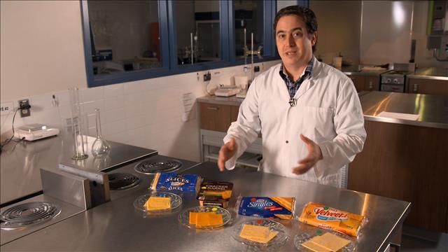 Un test de goût de fromage en tranches