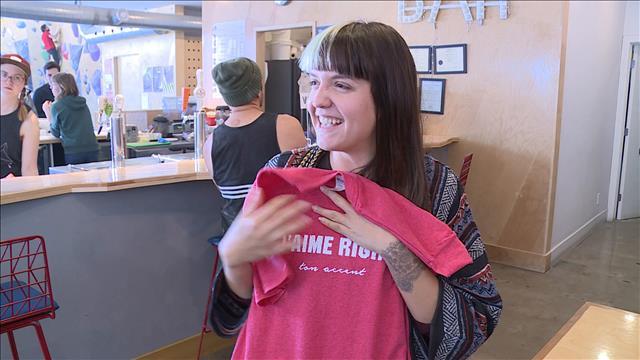 « J'aime pas ton accent » sur un t-shirt d'Ardene : de jeunes Acadiens lancent une campagne pour affirmer le contraire