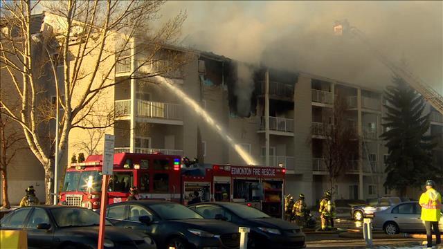 De l'aide apportée aux évacués d'un immeuble en feu