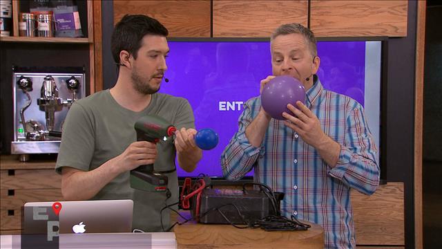 André se mesure à une machine pour gonfler des ballons. Qui l'emportera?
