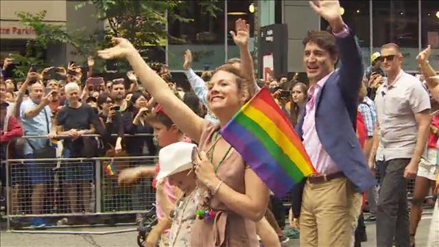 Justin Trudeau marche au 37e défilé de la fierté gaie de Toronto