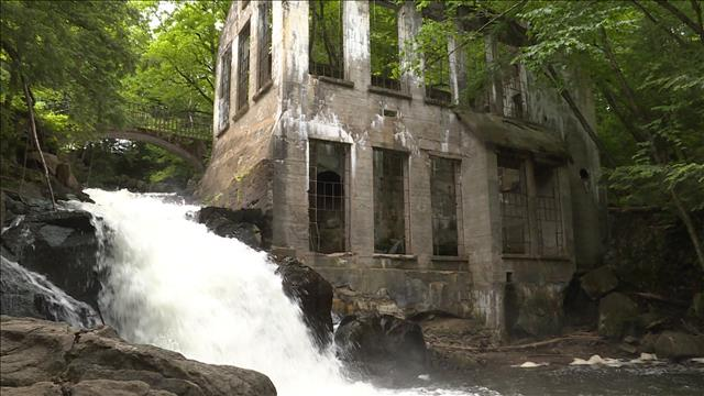 Les ruines Carbide, dans le parc de la Gatineau