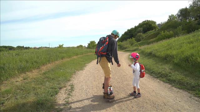 Jonathan Storey accompagne sa fille de 5 ans à l'école tous les matins en empruntant le sentier