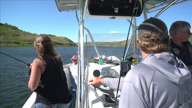 Le sentier longe tout le littoral du lac Diefenbaker où les pêcheurs sont au rendez-vous