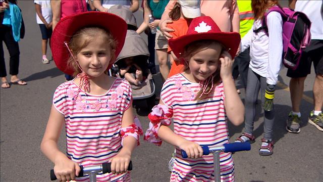 Des jumeaux et des triplés défilent à Edmonton