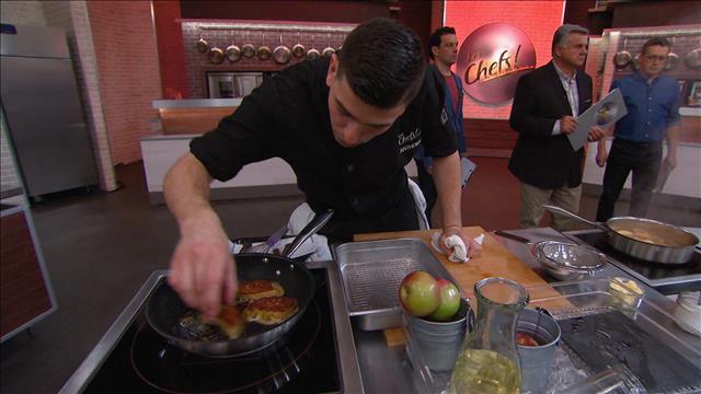 Tailler et poêler deux portions de lobe de foie de canard