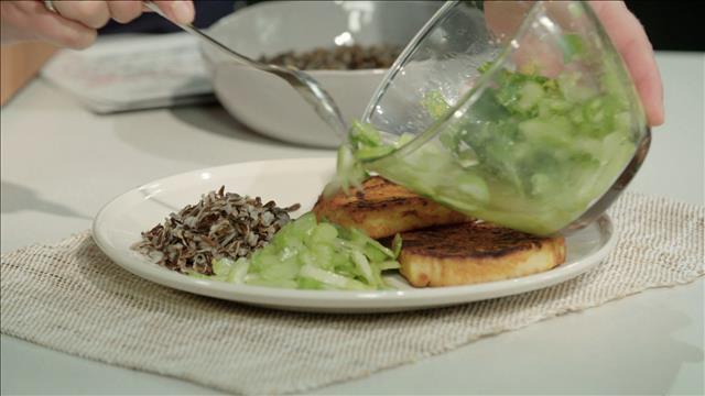 Comment monter les assiettes de steak de céleri-rave avec une salade de céleri