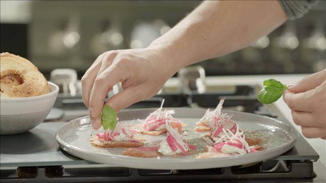 Dégustation et dressage du plat de gravlax de saumon sauvage