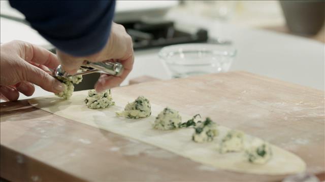 La technique pour pétrir, laminer et farcir la pâte