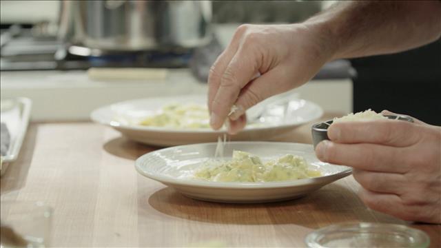 Cuisson des raviolis à la ricotta et dressage de l'assiette