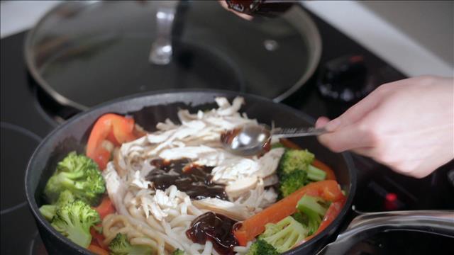 Sauté de nouilles udon au poulet effiloché