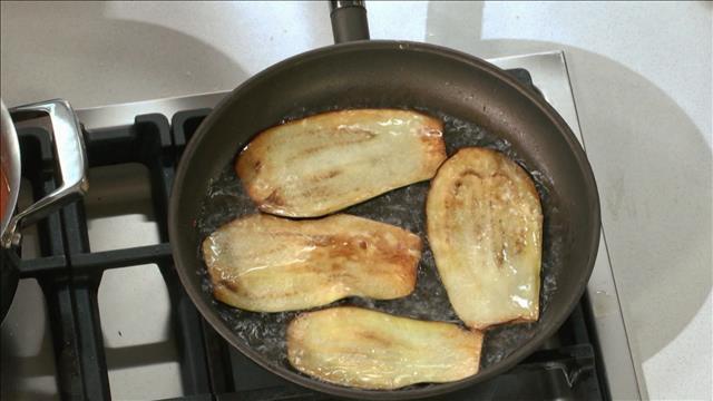 La cuisson parfaite des aubergines pour une timbale