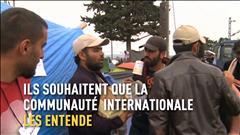 Des réfugiés syriens et une caméra en carton