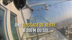 Sur un gratte-ciel de Los Angeles, une glissade de verre à 300mètres du sol