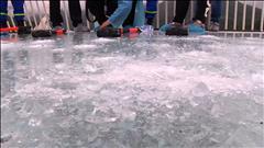 La solidité d'un pont de verre testée à coup de massue