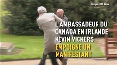 L'ambassadeur Kevin Vickers empoigne un manifestant en Irlande