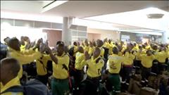 300 pompiers sud-africains chantent à leur arrivée en Alberta pour combattre le feu de Fort McMurray