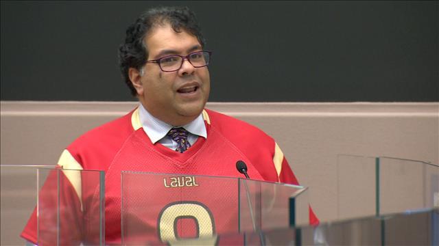 Le maire de Calgary récite un poème en français pour s'acquitter d'une dette