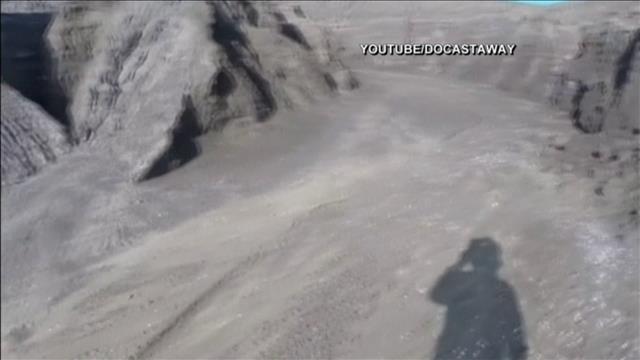 Un touriste explore une nouvelle île volcanique dans l'océan Pacifique