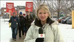 La journaliste Rachel Gaulin a rencontré des enseignants d'écoles publiques qui ont fait la grève et des parents qui doivent s'organiser.