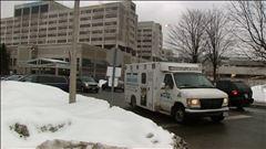 Le journaliste André Dalencour a recueilli les réactions d'employés et de la direction de l'Hôpital d'Ottawa à la suite de l'annonce des compressions.