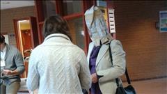 Voter avec un sac à patates sur la tête, est-ce légal?